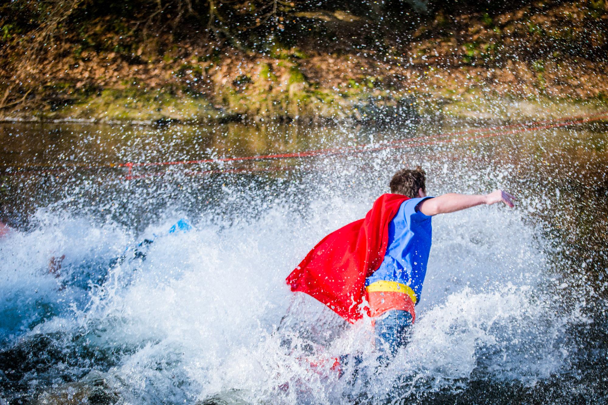Ein Held schmeißt sich in die Fluten